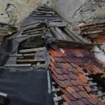 Rozpadající se střecha
